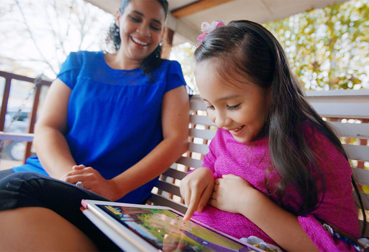 Mom and daughter use ABCmouse in Spanish